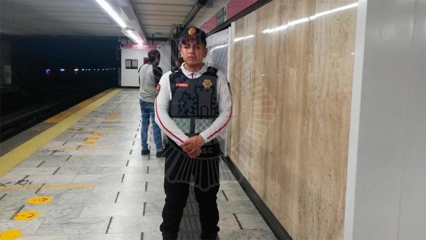 Ángel Martínez, el superhéroe con uniforme de policía bancario del Metro de la CDMX